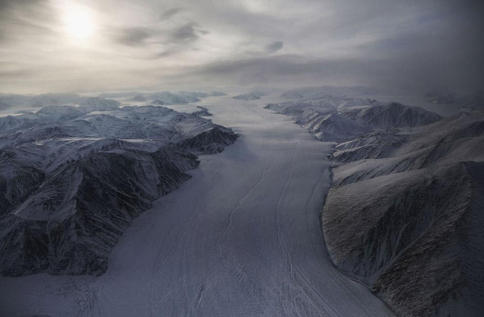 24. Участок ледового поля и горы. На этом наш полет над царством снега и льда подошло к концу.