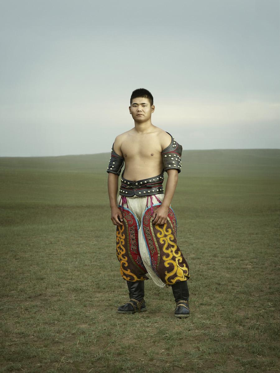 Противники борются в особых костюмах: в них входят национальные сапоги с загнутыми носками — «монгол