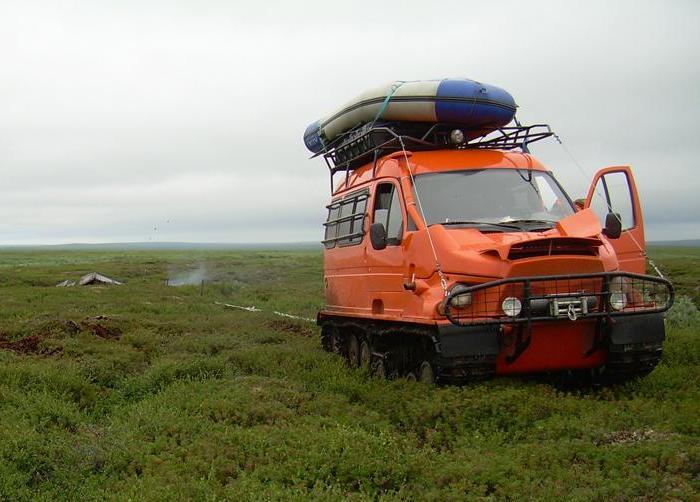 Гусеничный вездеход «Бобр» посреди болота. В отличие от традиционных конструкция, гусеницы «Бобра» р