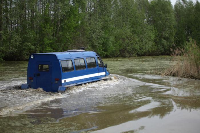 «Ирбис» на плаву. По воде машина двигается также за счет вращения гусениц. Максимальная скорость при