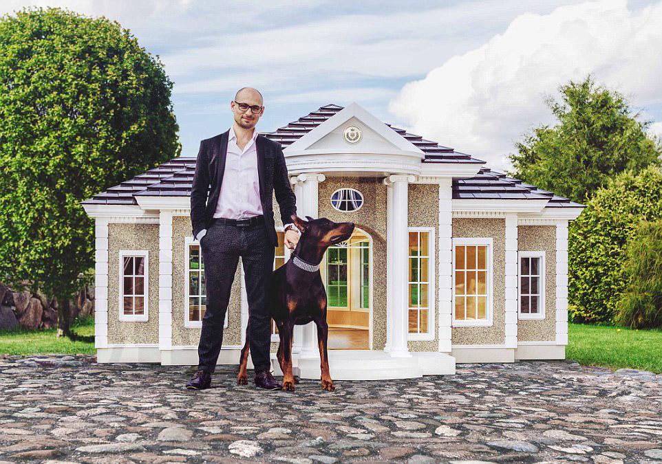 3. Для собаки в доме предусмотрен центральных вход. Если в дом нужно «пробраться» человеку для