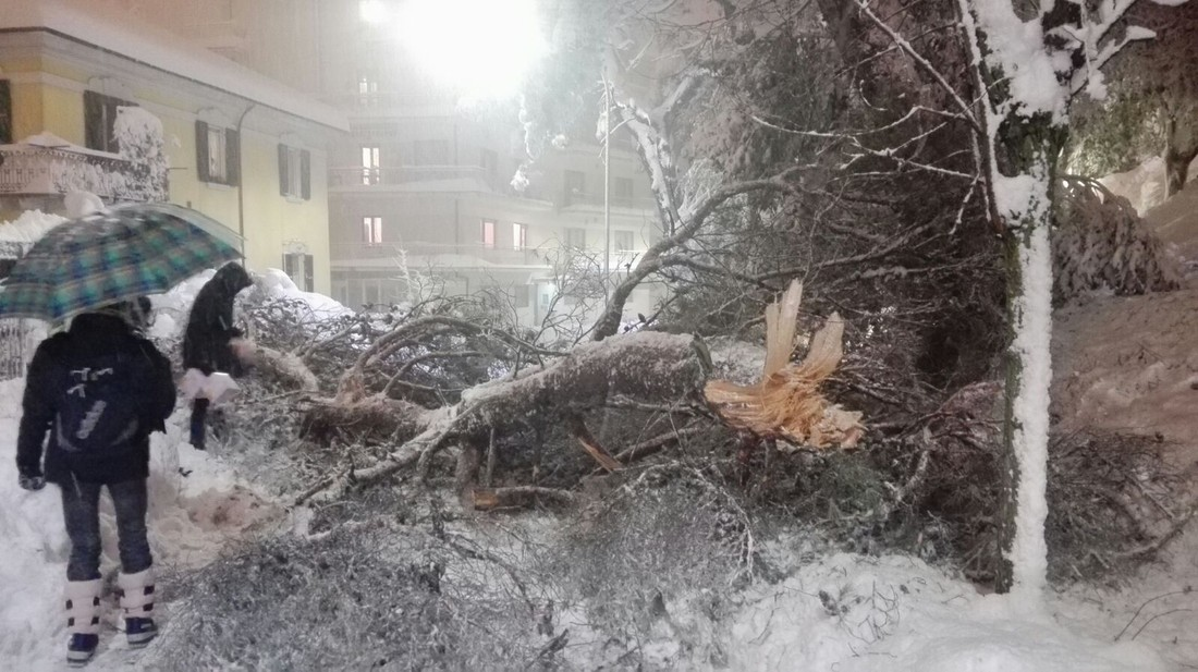 Снежная лавина, накрывшая отель вИталии