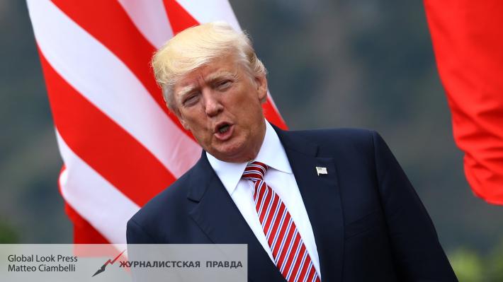 Трамп играет вгольф Землей