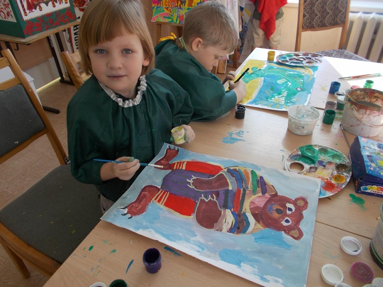 Дети рисуют зверушек к мультику.
