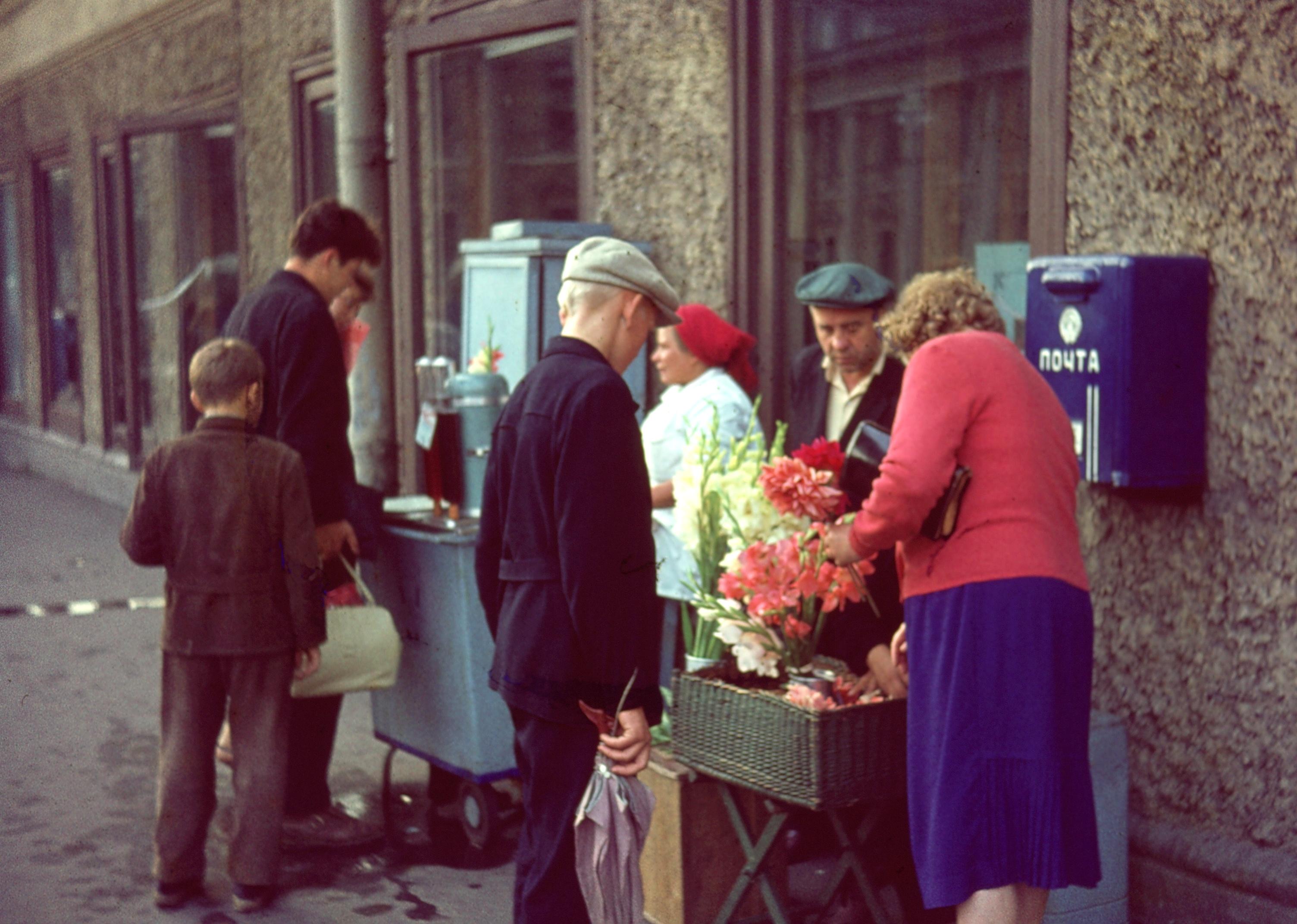 Ленинград. Цветы и газировка