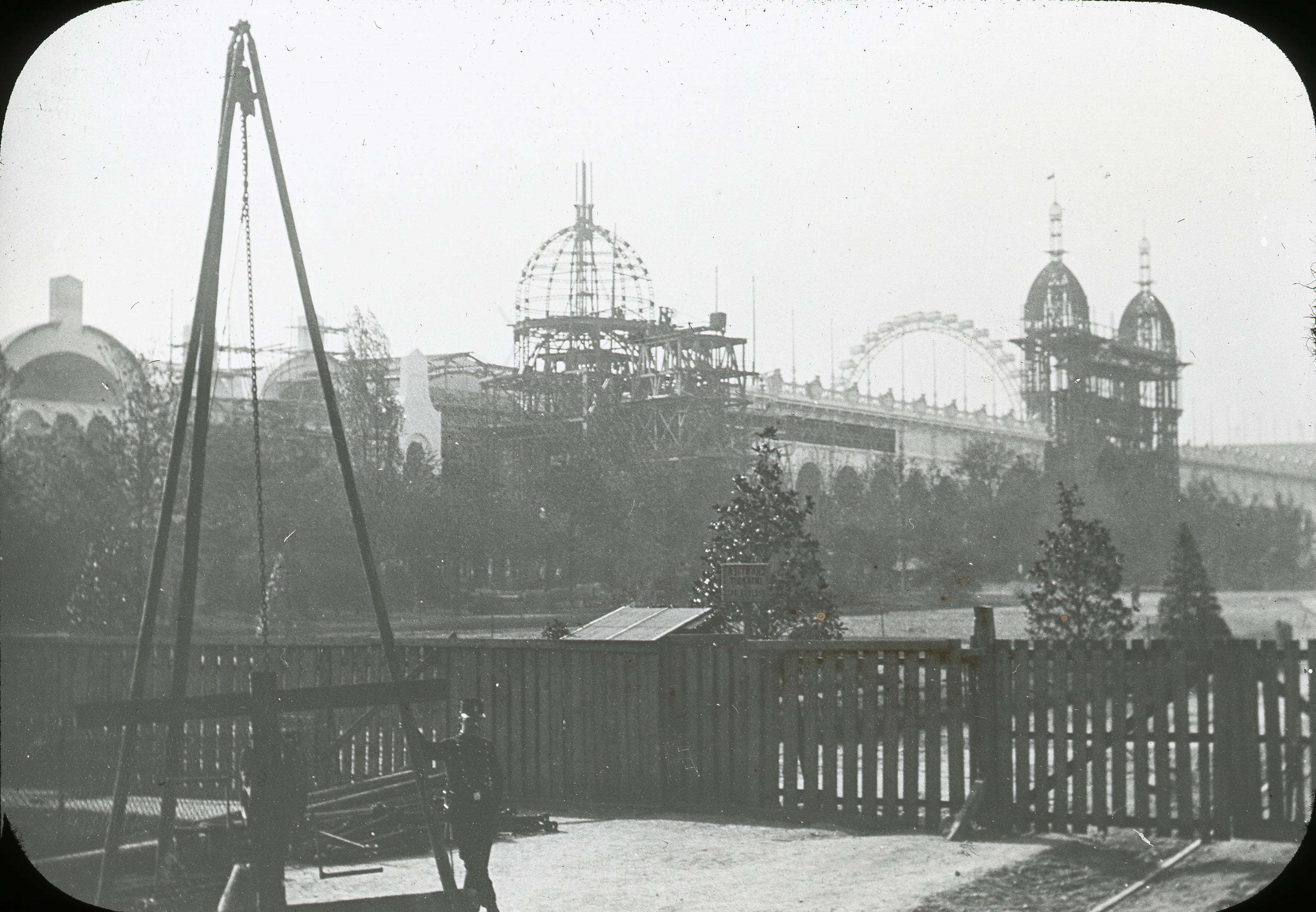 Вид на строящееся здание от угла Эйфелевой башни