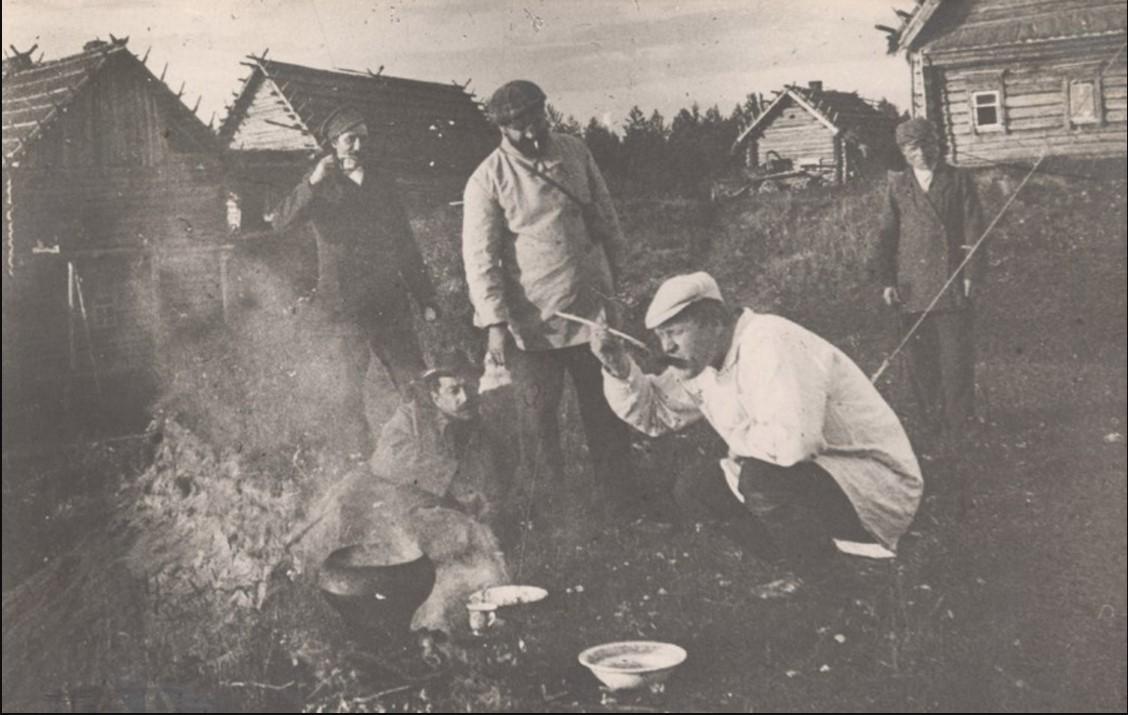 Окрестности Переславля. Федор Иванович Шаляпин на рыбной ловле на реке Нерли.1904