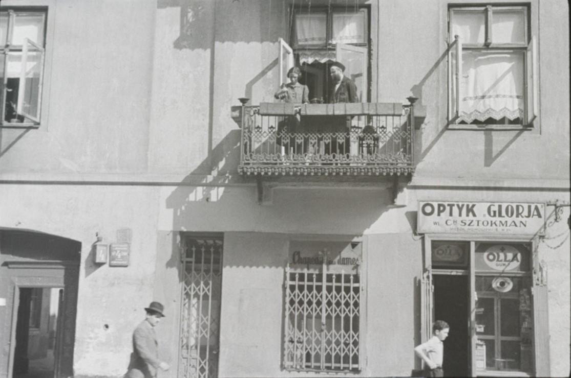 Женщина и мужчина на балконе