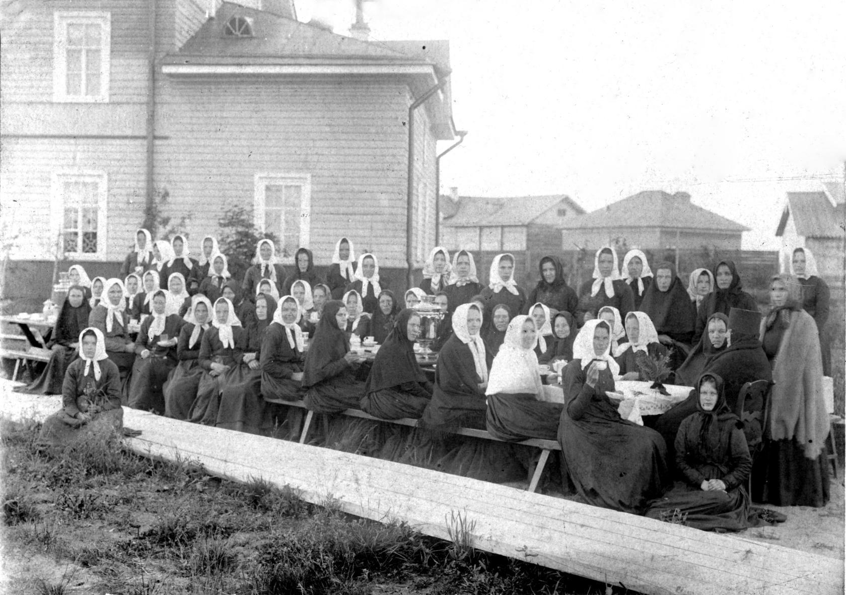 Монашенки Баландинского женского монастыря за трапезой1900