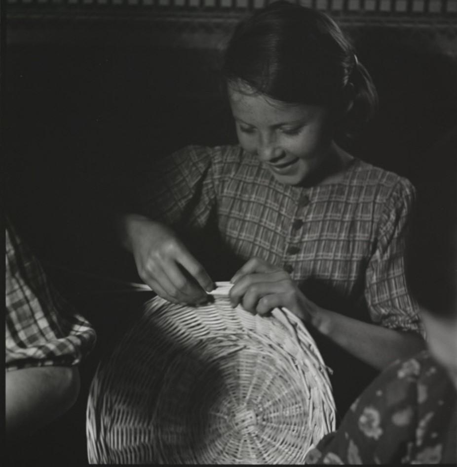 Девушка плетёт корзину, Хуст