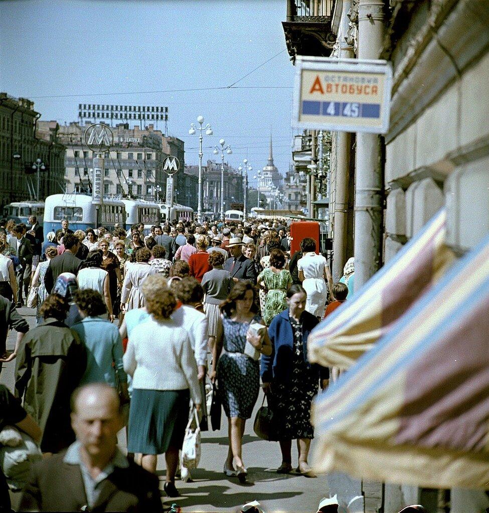 Люди на Невском проспекте