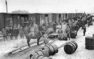 Разгрузка толуола на станции Иващенково. 1915