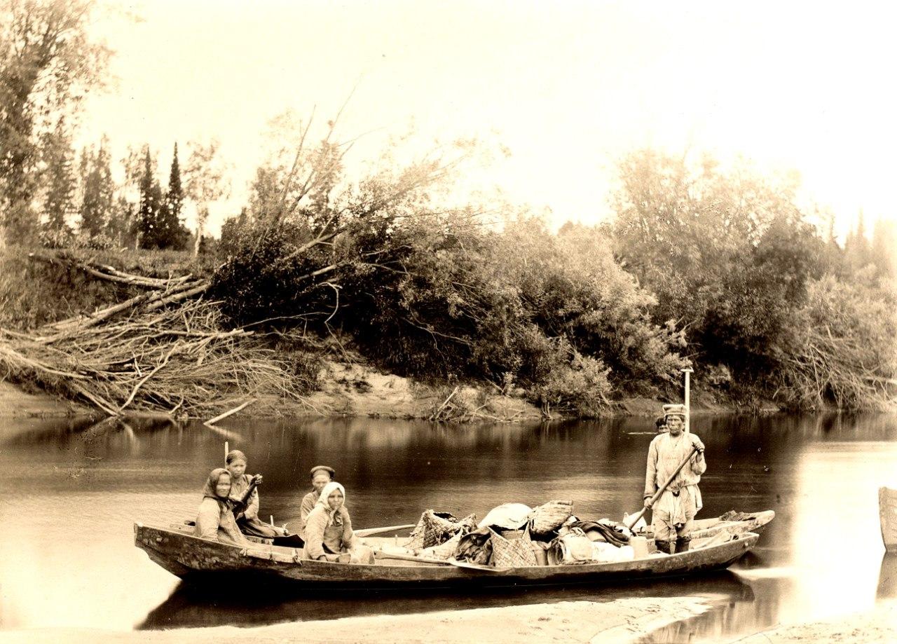 Крестьяне Яренского уезда плывут в лодках долбленках по одной из рек, впадающих в Вычегду