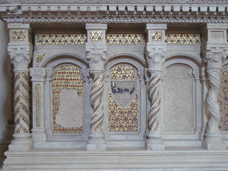 020-мавзолей Брея (нижняя часть, слева).jpg