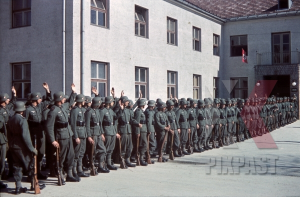stock-photo-infantry-parade-4th-mountain-division-enzian-gebirgsartillerieregiment-94-lohengrin-kaserne-innsbruck-1940-12175.jpg