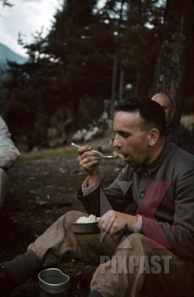 stock-photo-lunch-break-in-tramslandeck-austria-1941-pontlatz-kaserne-11311.jpg
