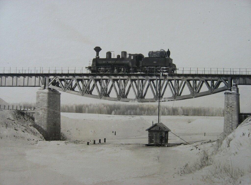 1912. Московско-Казанская железная дорога. Зимняя временная заправка паровоза водой из реки.