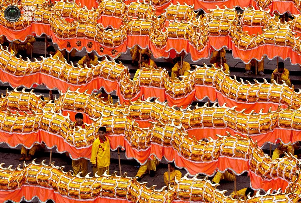 238-метровый золотой дракон, Макао, Китай.(EPA/CARMO CORREIA)