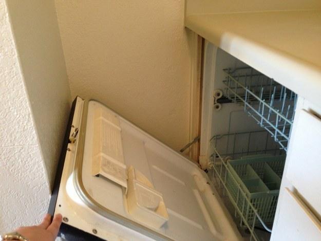 Видимо, у хозяина этой посудомойки очень маленькая кухня.