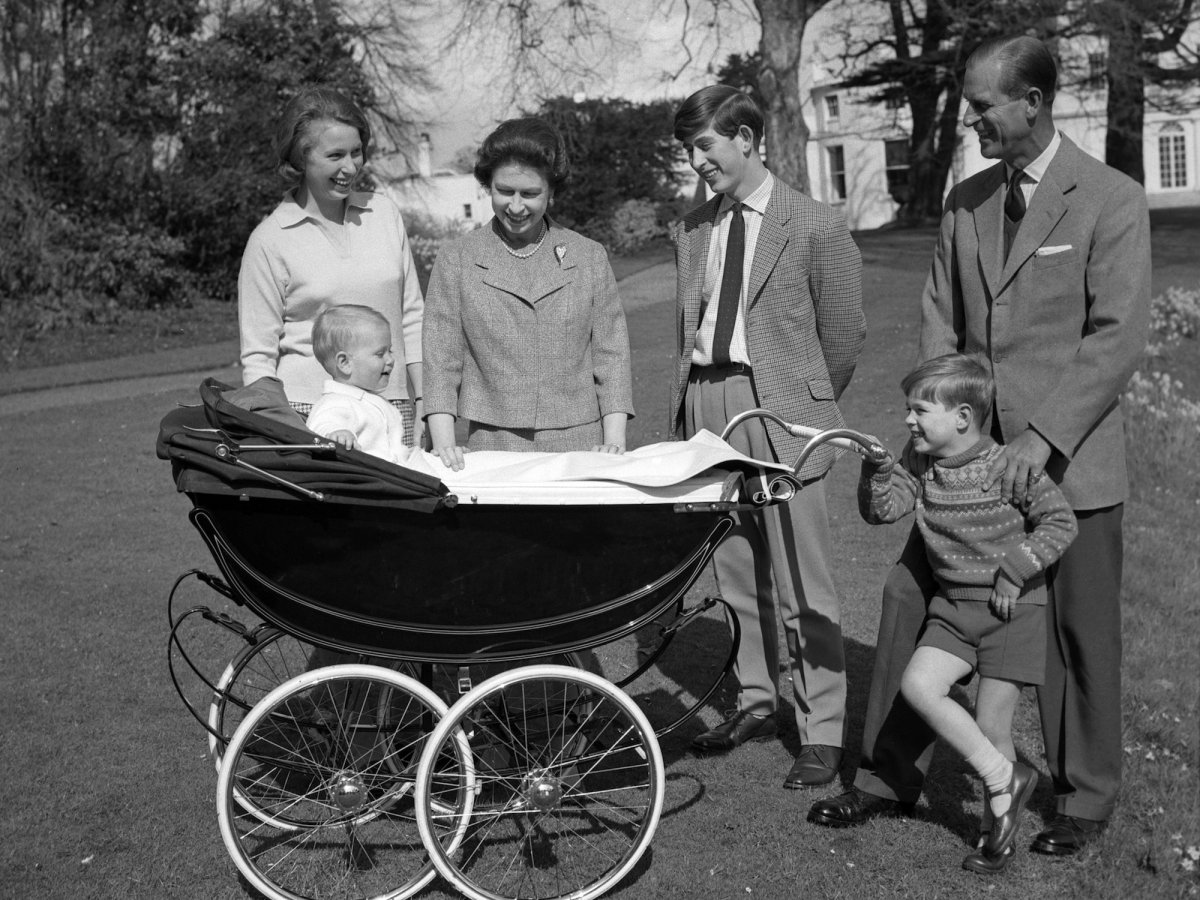 Третий ребенок, принц Эндрю, родился в 1960 году. Последний ребенок, Эдвард, — в 1964 году.
