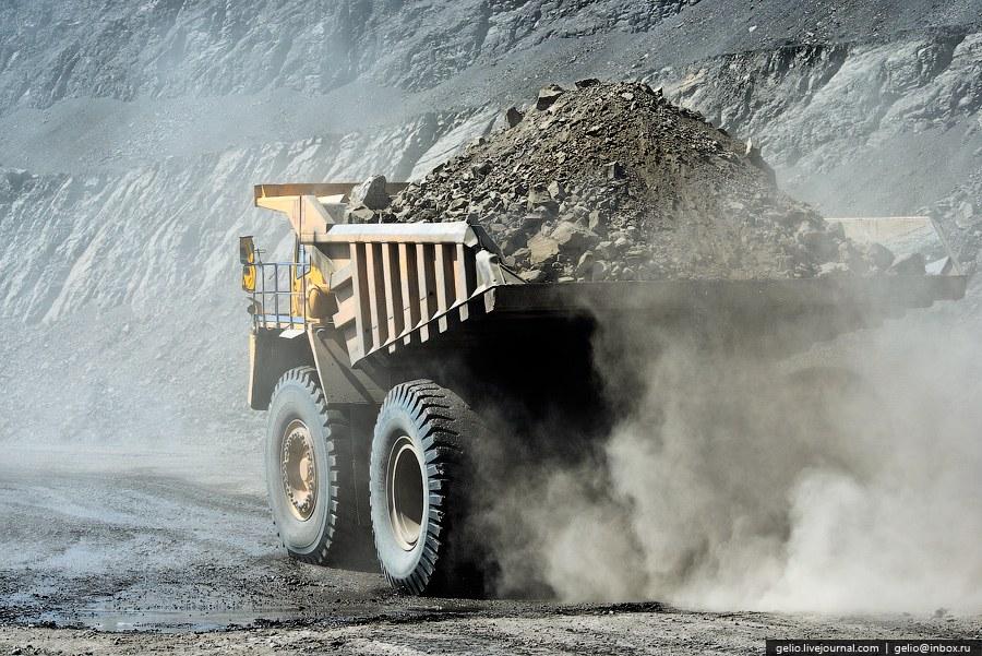 В безветренную погоду в карьере всегда висит пыль и смог от работающих двигателей внутреннего с