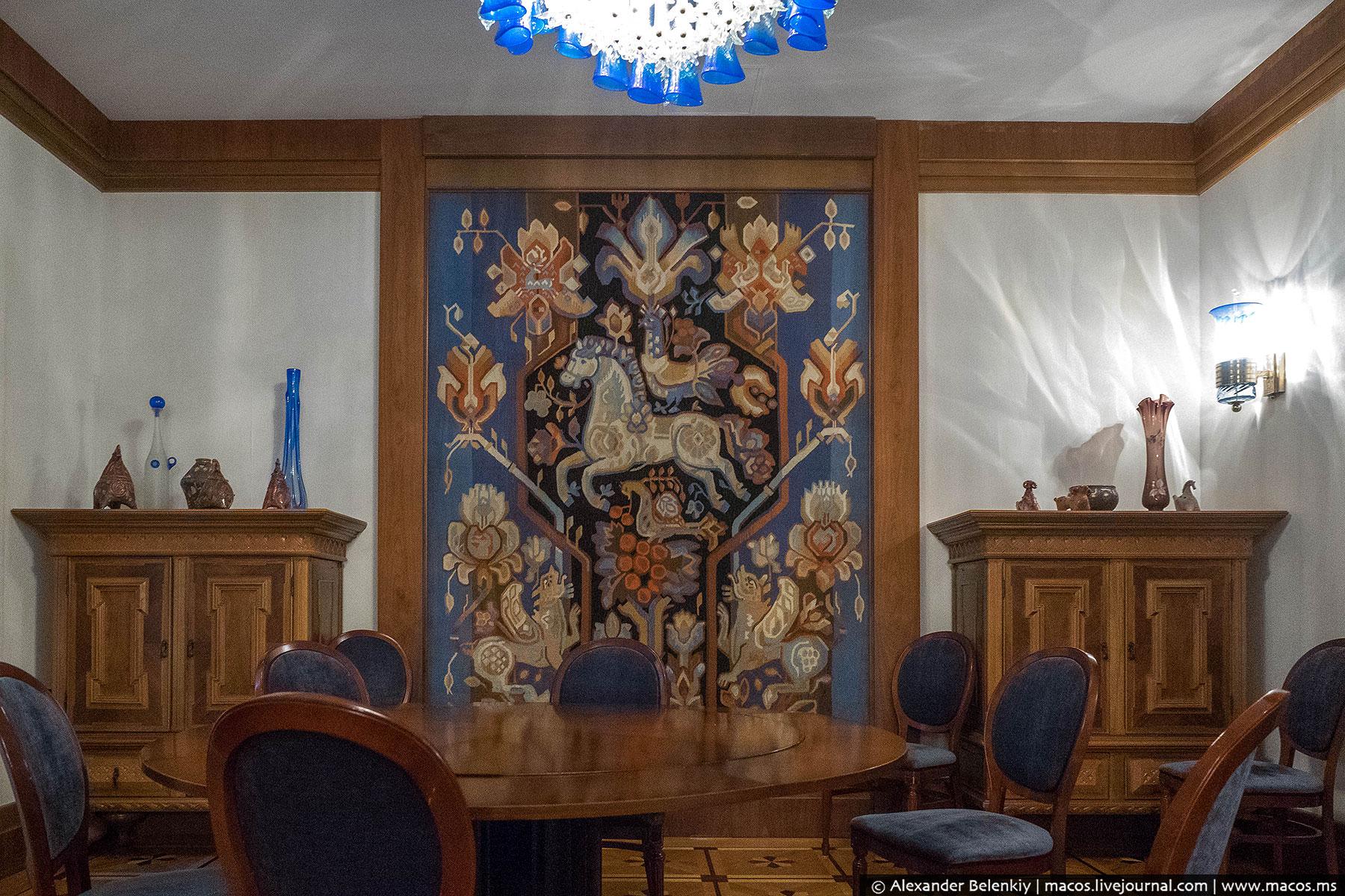 Один из переговорных залов посвящен Украине. Я ведь не просто так обратил внимание, что интерьеры бы