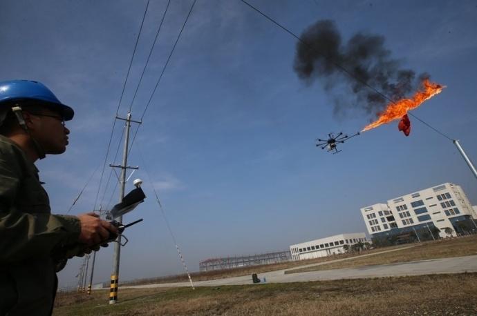 Дрон согнеметом вКитае сжигает мусор впроводах ЛЭП