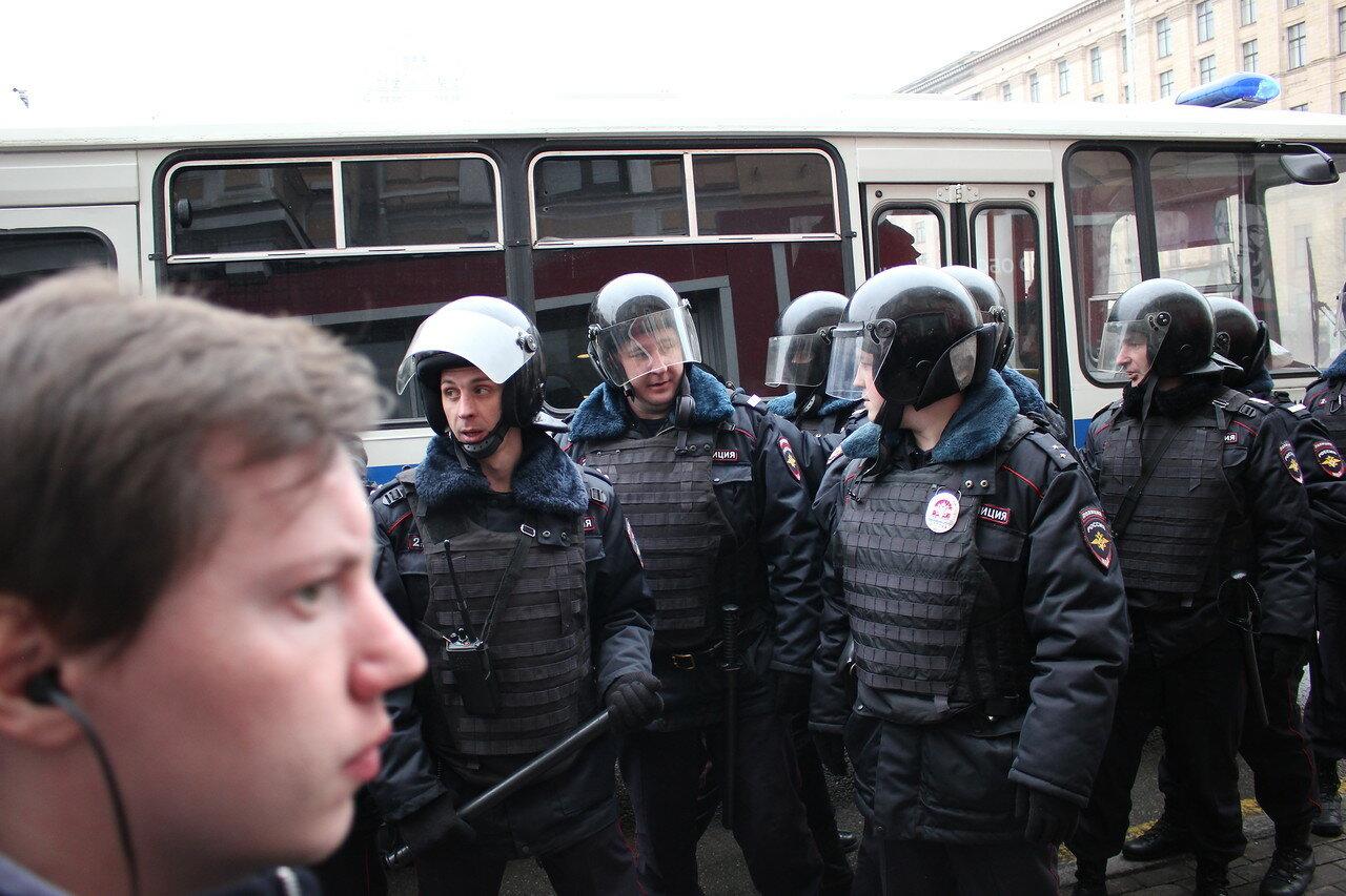 Полицейские задержали десятки гуляющих в центре Москвы