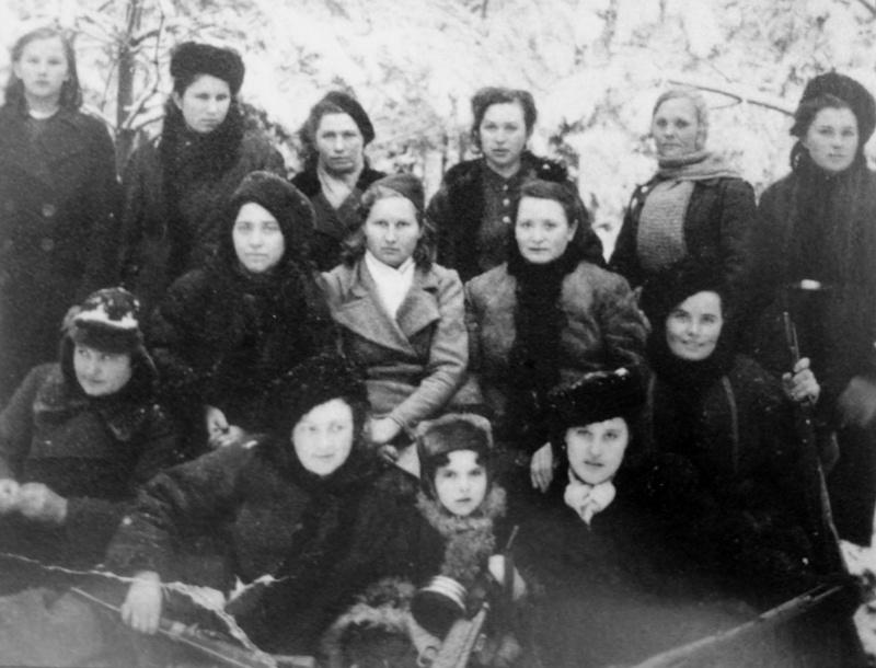 Партизанки в семейном лагере под Пинском.jpg