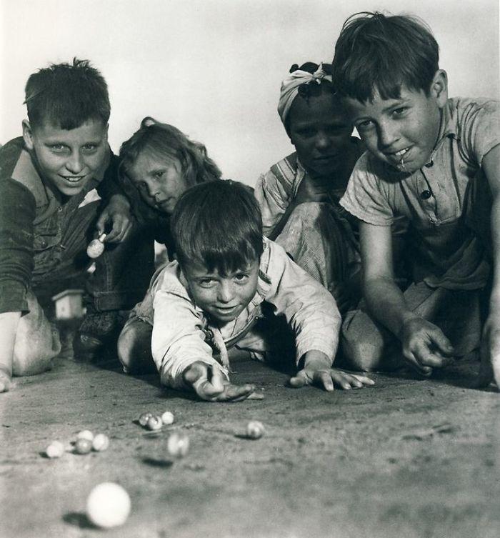 historical-children-playing-photography-58a46580e92e5__700.jpg