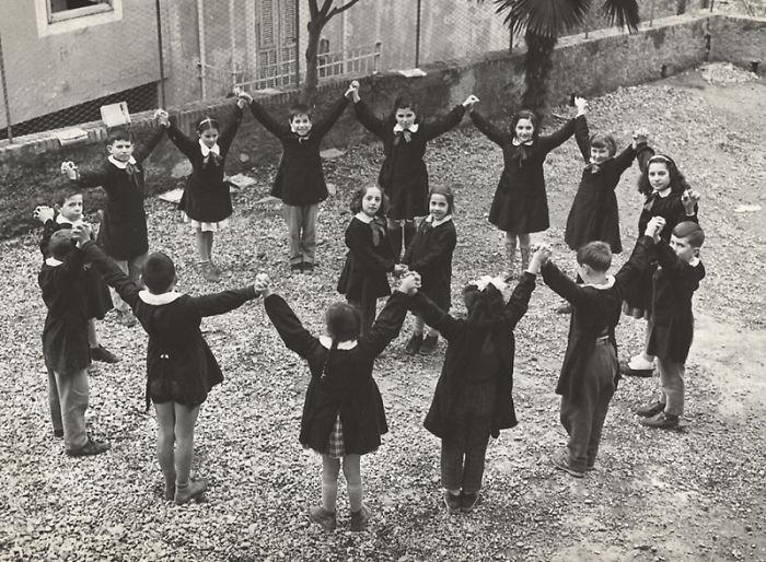 historical-children-playing-photography-122-58ac1047e7830__700.jpg