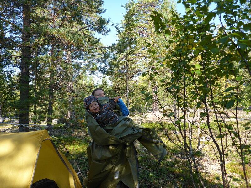 ребенок помогает упаковывать палатку