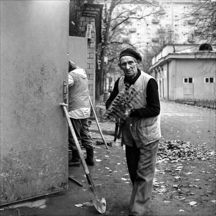 Дворники на Патриках. Москва, 1983 год. Фото © Игорь Стомахин1.jpg