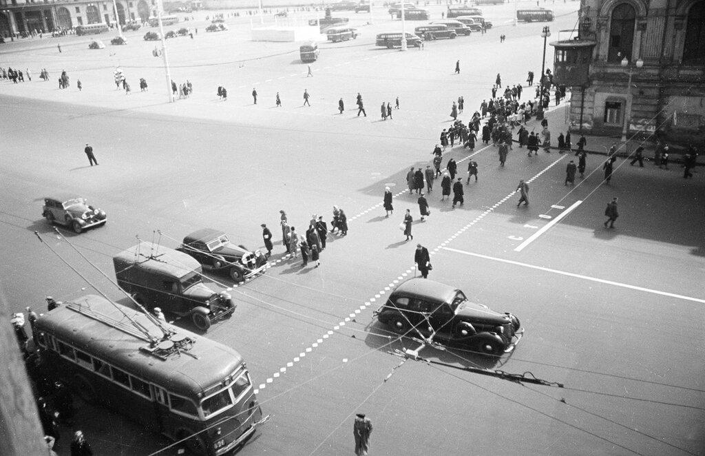 253593 Перекресток площади Свердлова и Охотного ряда кон. 40-х Семен Фридлянд.jpg