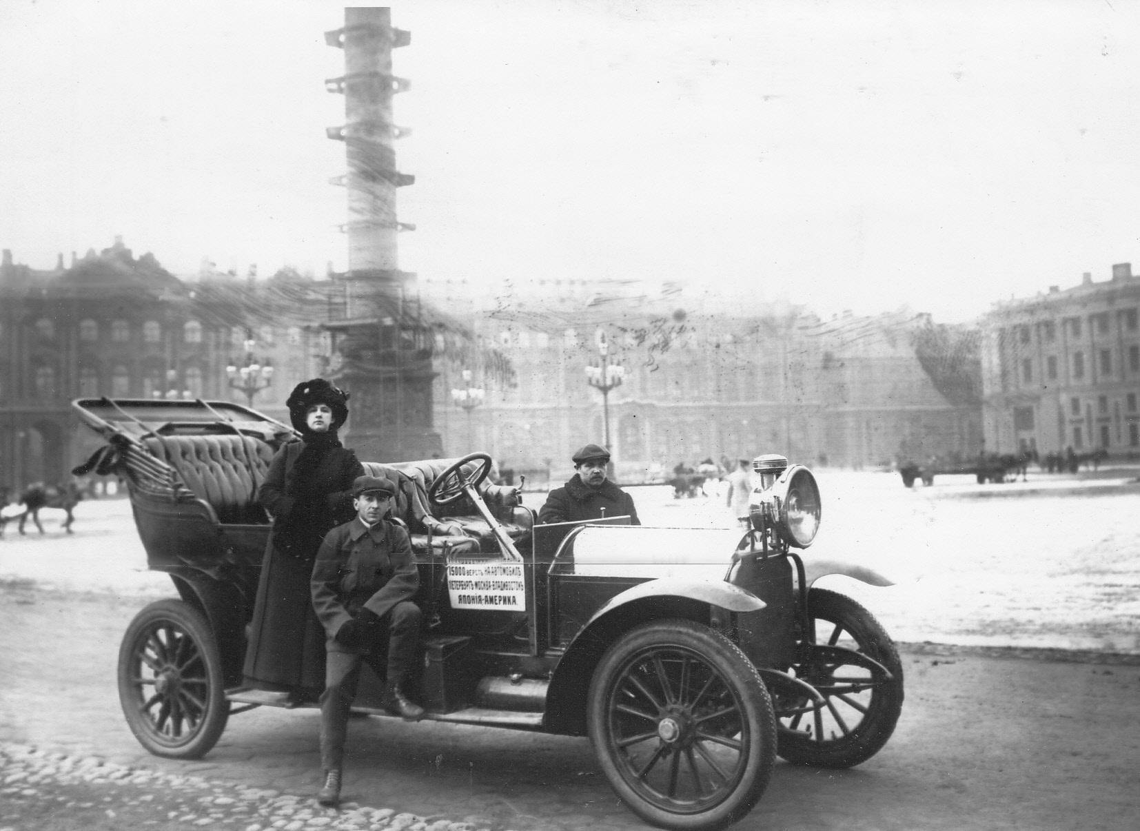 05. Автомобили с участниками пробега на Дворцовой площади перед началом старта
