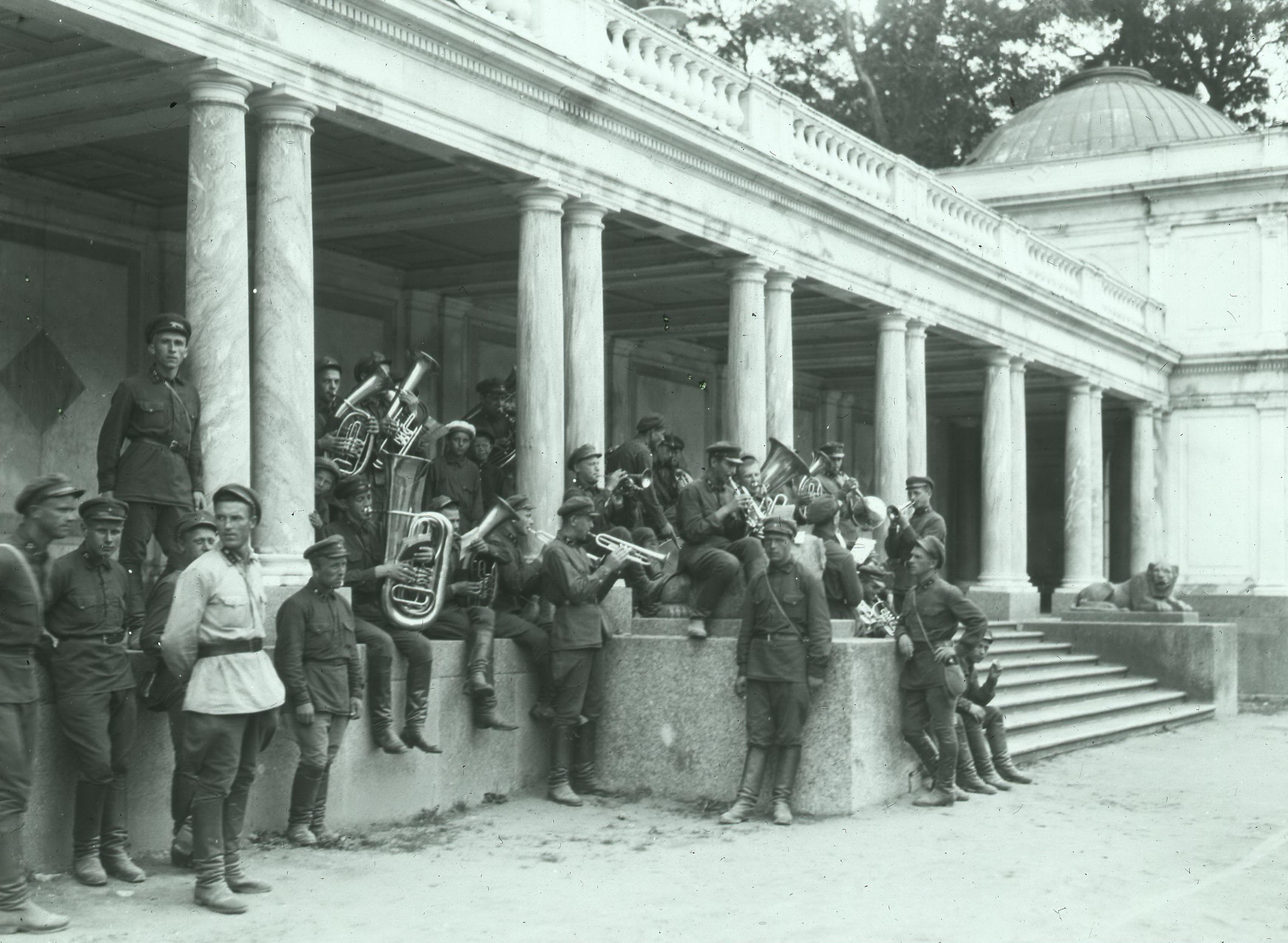 1927. Военный оркестр у Воронихинской колоннады