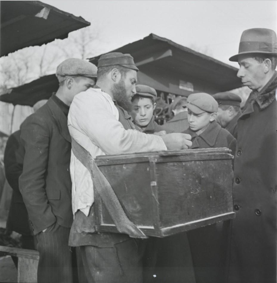 Уличный торговец, продающий горячие картофельные блины