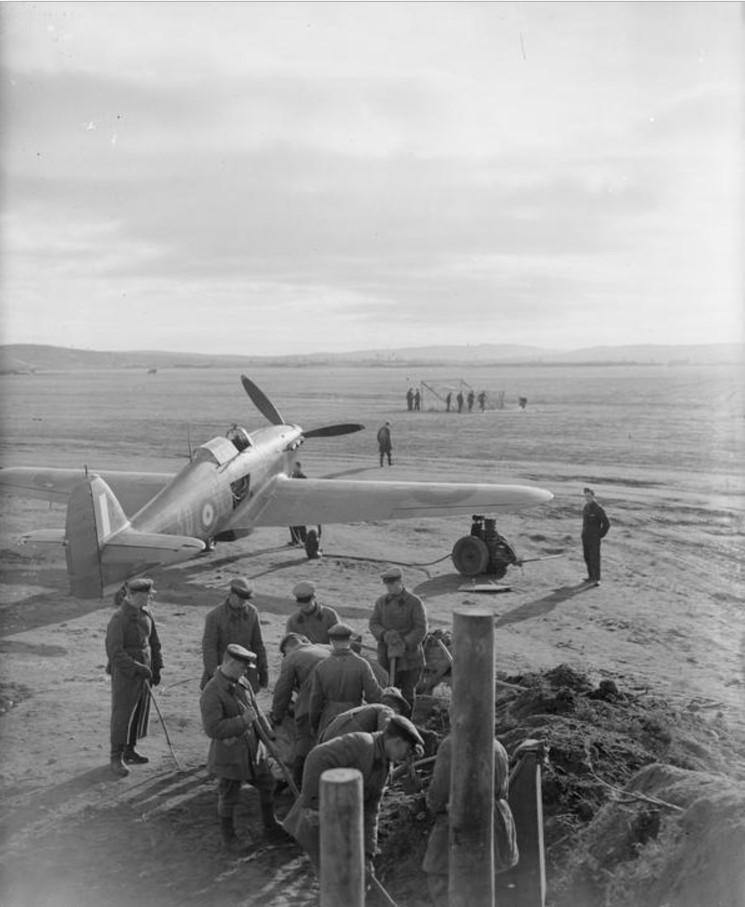 Красноармейцы роют землянку для британских летчиков 134-ой эскадрильи RAF на аэродроме в Ваенга