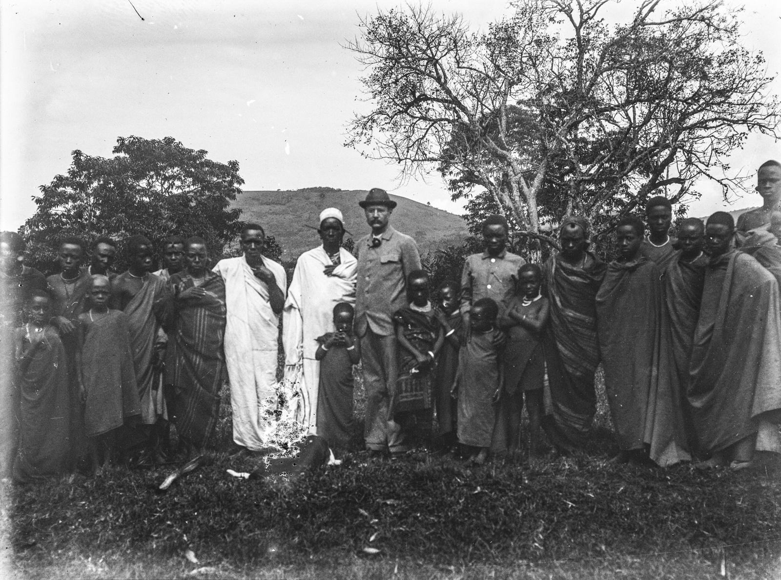 302. Групповой портрет Ганса Мейера (в центре), вождя чагги (слева от Ганса Мейера) и другими людьми чагги