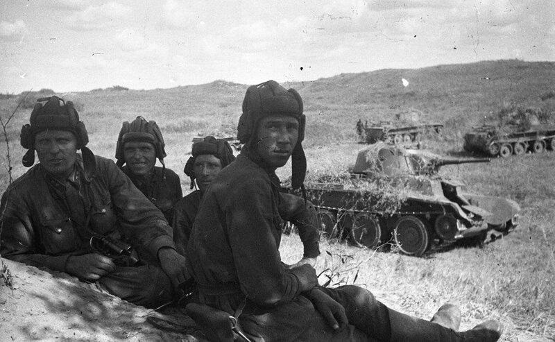 Экипаж танка БТ в перерыве между боями. Халхин-Гол, 1939 год.