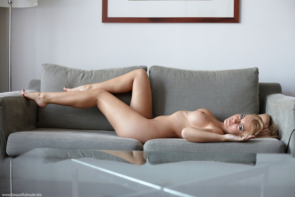 Голая Lisa на диване