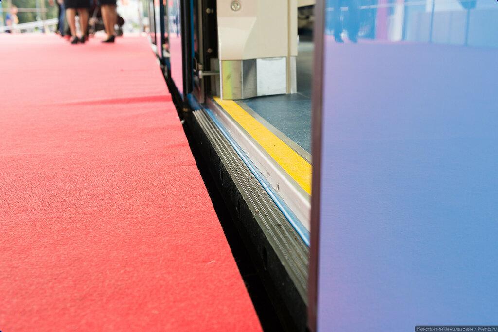 Уже привычная по «Оке» дополнительная резиновая подножка сокращает расстояние между вагоном и платформой
