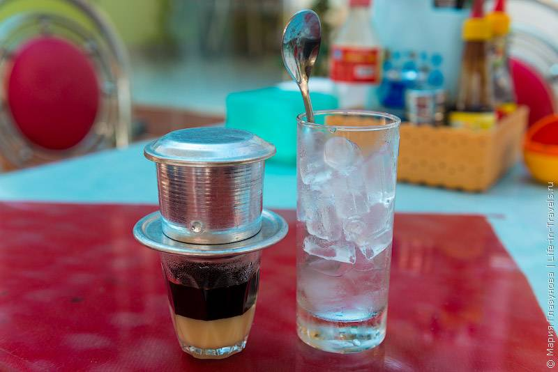 23. При заказе кофе, практически везде, бесплатно приносят зелёный чай. Часто – утром го