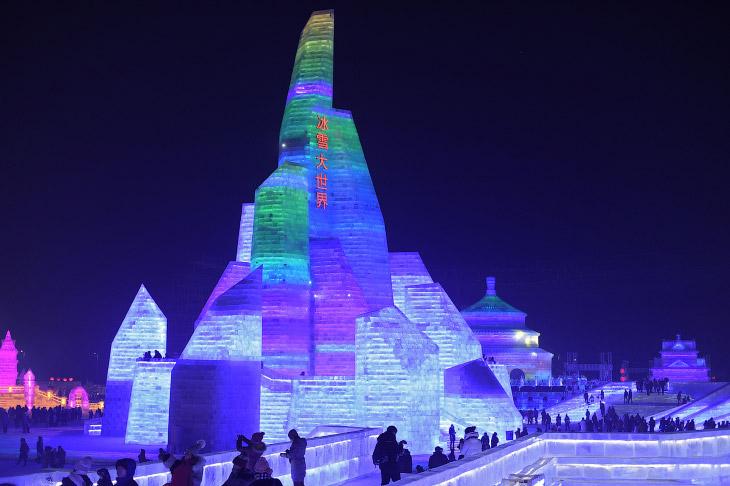 1. Огромный снежно-ледяной город круглосуточно строят каждый год около 10 000 человек. В это вр
