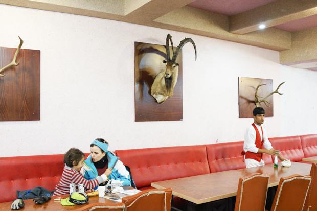 Клиенты и сотрудник курорта в ресторане одного из шале в Точале, горы Альборз, 29 декабря 2014. «Лыж