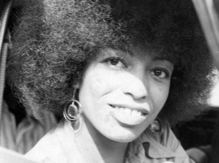 Анджела Дэвис родилась в 1944 г. в обеспеченной семье. Он получила хорошее образование, проходила ст