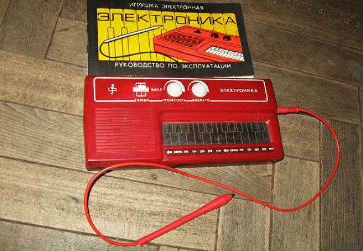 Звуки, издаваемые стилофоном, мы запомнили на всю жизнь.