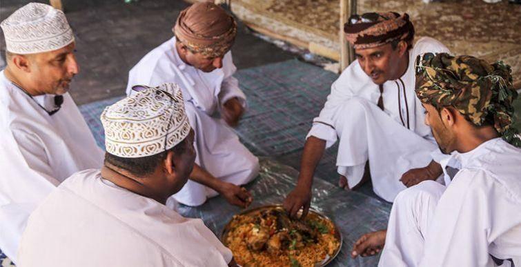 1. Они чавкают и едят руками Тунисцы не очень любят пользоваться столовыми приборами и громко чавкаю