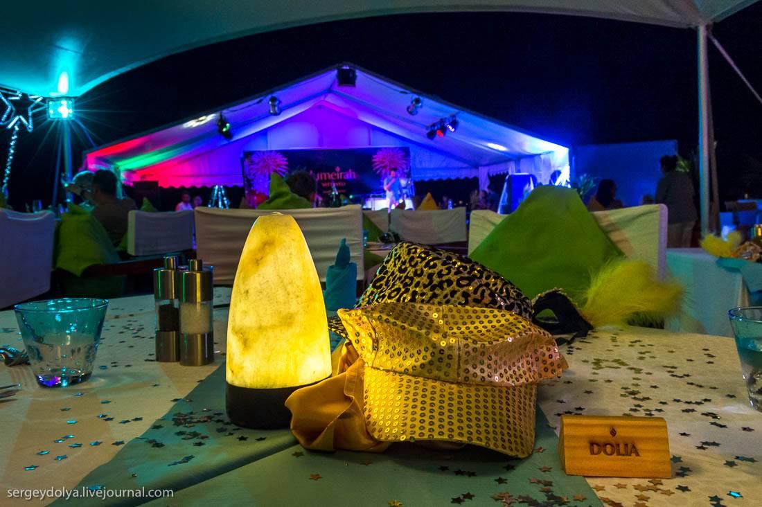 Праздничный бар украшали оригинальные скульптуры из тыквы: