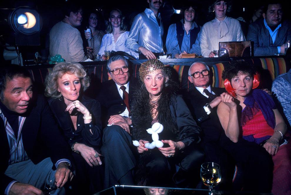 Группа пожилых мужчин и женщин отдыхает в диско-клубе в Нью-Йорке, 1979 год.